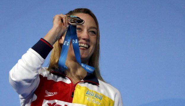 GRA401. BUDAPEST, 27/07/2017.- La nadadora española Mireia Belmonte posa con la medalla de oro conseguida en la final de los 200m mariposa femeninos del Mundial de Natación que se disputa en Budapest (Hungría). EFE/Alberto Estévez