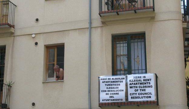 Carteles de denuncia de apartamentos ilegales. / M. MOLINES