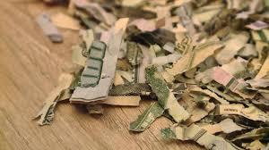 Niño rompe más de US$1.000 en billetes