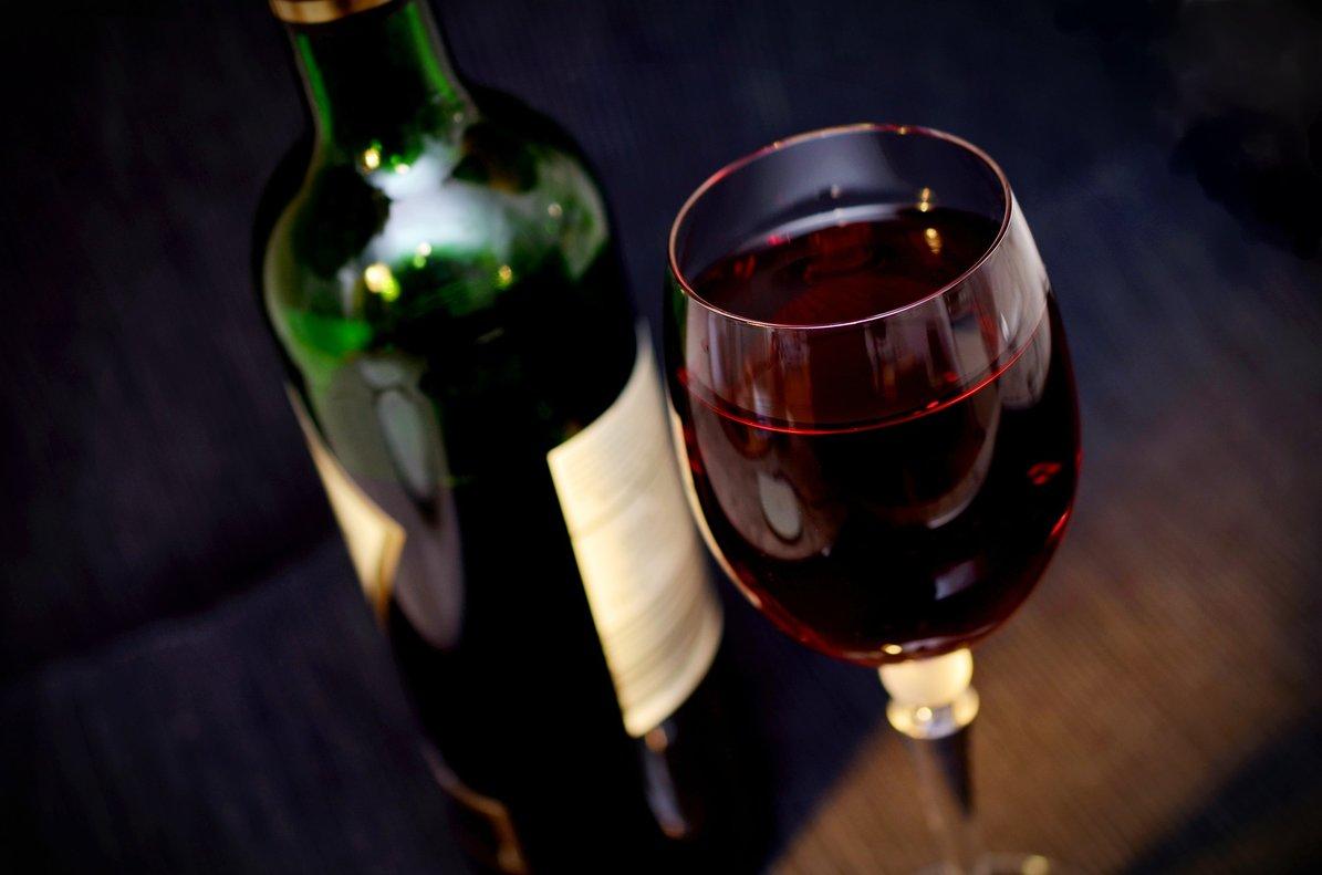 Organizan una charla para alcohólicos anónimos y les invitan a un vino español después