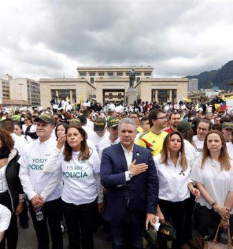 Miles de colombianos salen a la calle para condenar el atentado del ELN contra la Policía en Bogotá